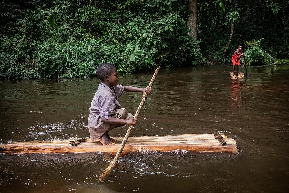 Pie de foto: Niños baka jugando en el río Dja, frontera de la reserva de la biosfera del mismo nombre. Autor: Kike Carbajal