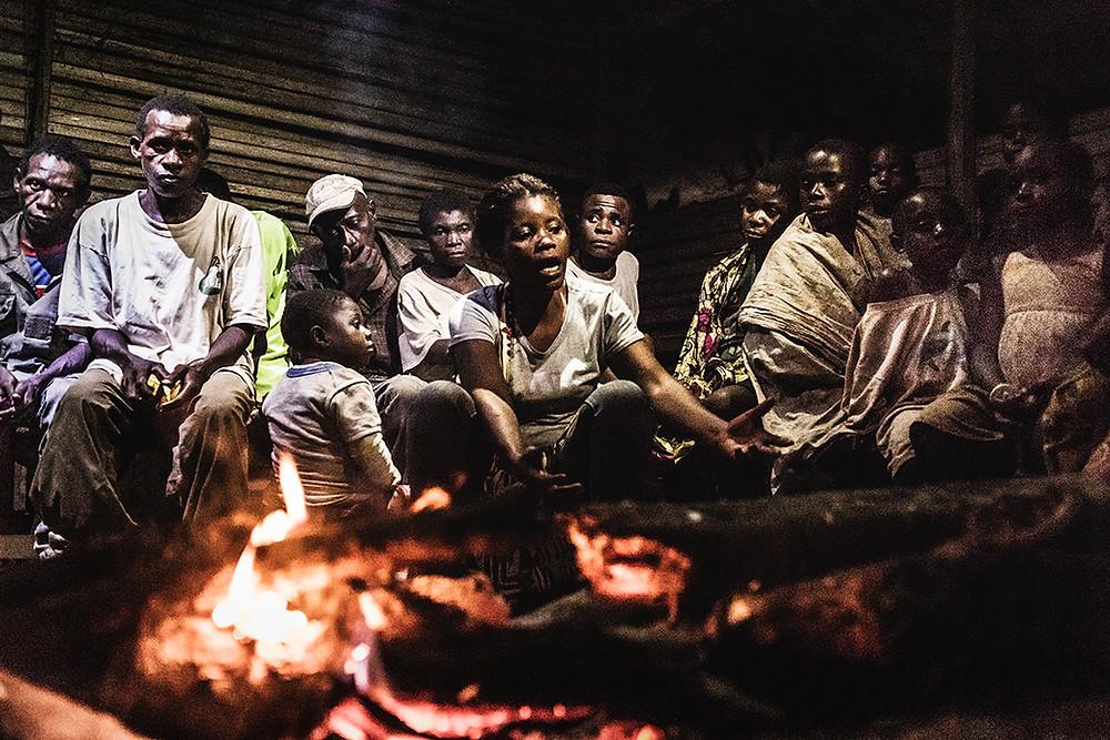 Pie de foto: Suzanne Abolo narra una historia a la luz del fuego. Autor: Kike Carbajal
