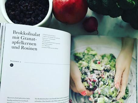 Brokkolisalat mit Granatapfelkernen und Cranberries