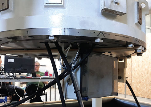 Lado inferior do grupo turbina-gerador, no centro o encoder deve ser conectado com o eixo