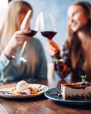girlfriends-drinks-red-wine-and-eats-des