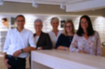Augenoptiker mit modischer Kompetenz in modernen Räumen