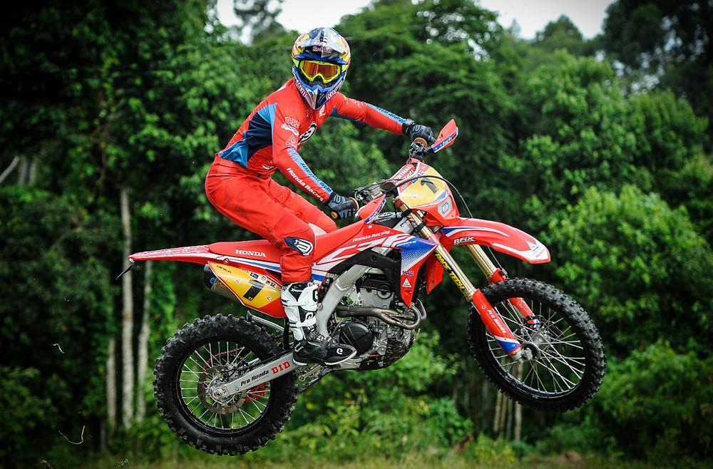 Salto de moto Honda no Campeonato Brasileiro de Enduro