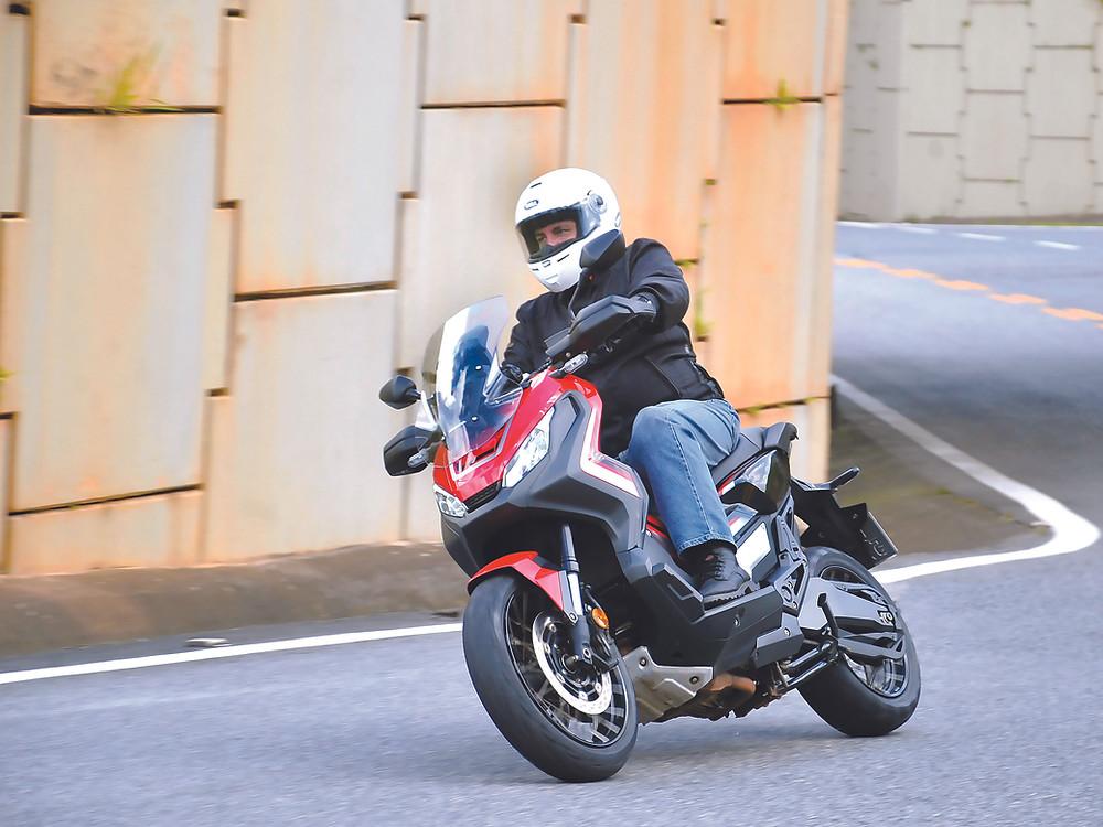 Scooter Honda X-ADV 750 fazendo curva