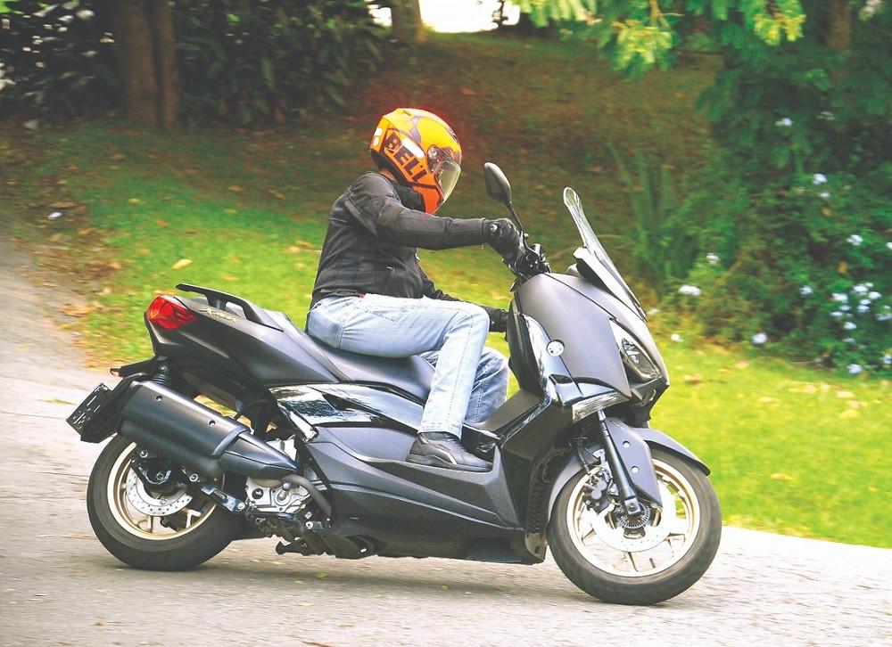 Scooter Yamaha fazendo curva