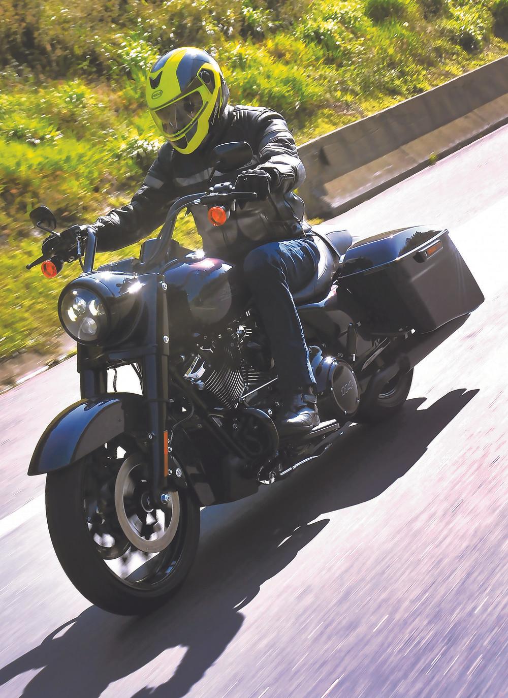 Harley-Davidson Road King no Brasil acabamento Snake Venom