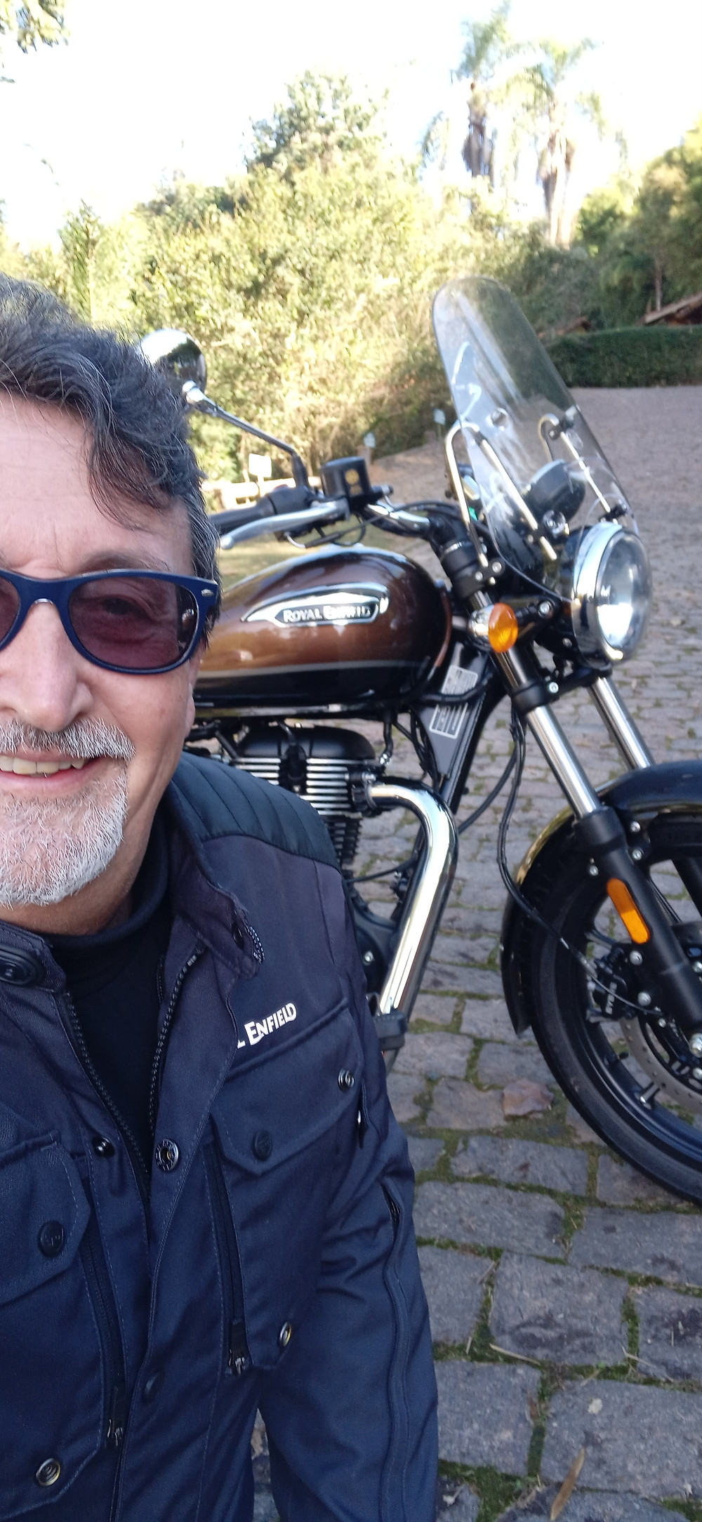 Jornalista Eduardo Viotti testando a nova Meteor 350
