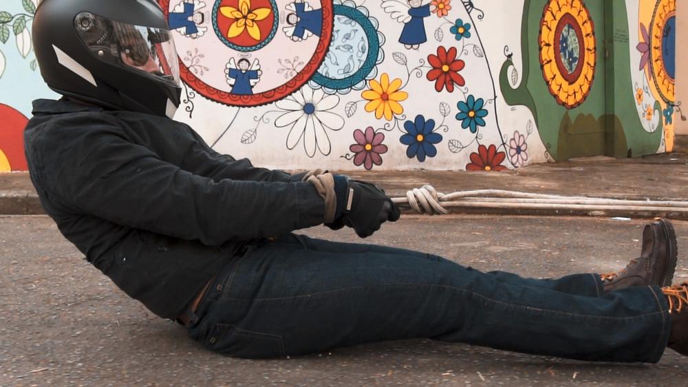 Teste do jeans com forro à base de Kevlar no asfalto