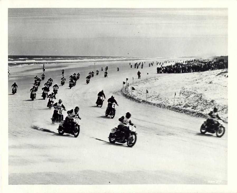 Daytona Beach: motocicletas disputando em faixa de areia compactada