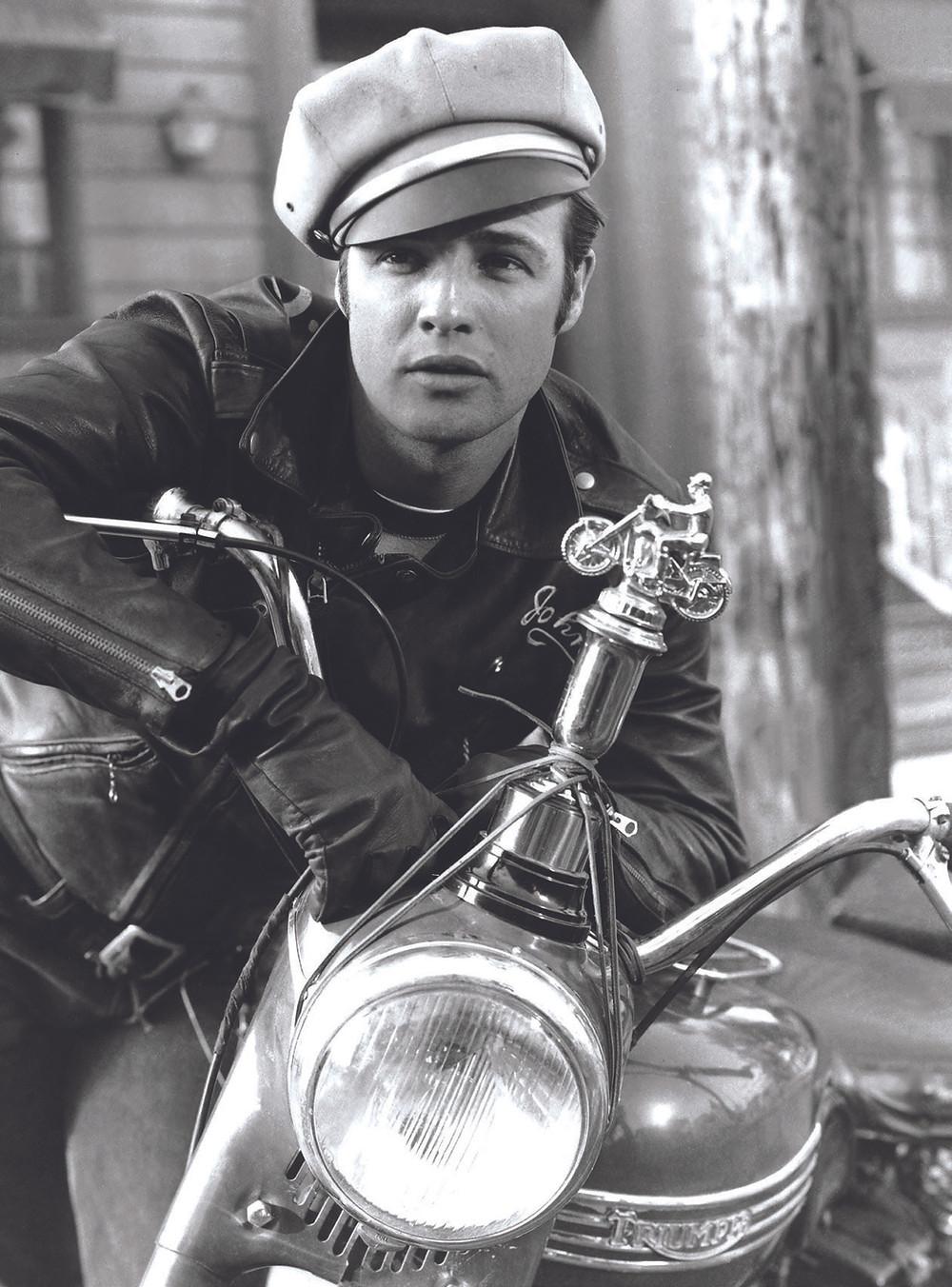 """Marlon Brando em """"O Selvagem"""", de 1953, com a sua Triumph Thunderbird 1950"""