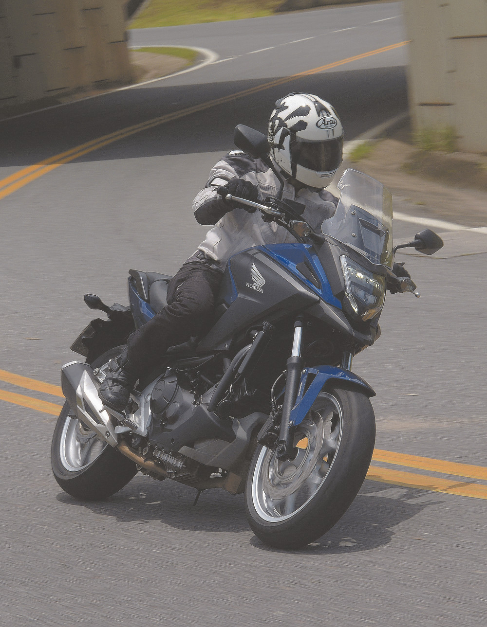 Honda NC 750X fazendo curva
