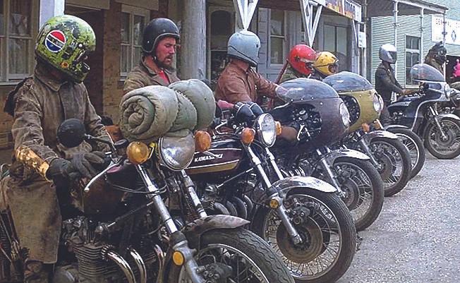 """Gang de malfeitores do filme """"Mad Max"""",também de 1979, com motos da Kawasaki"""