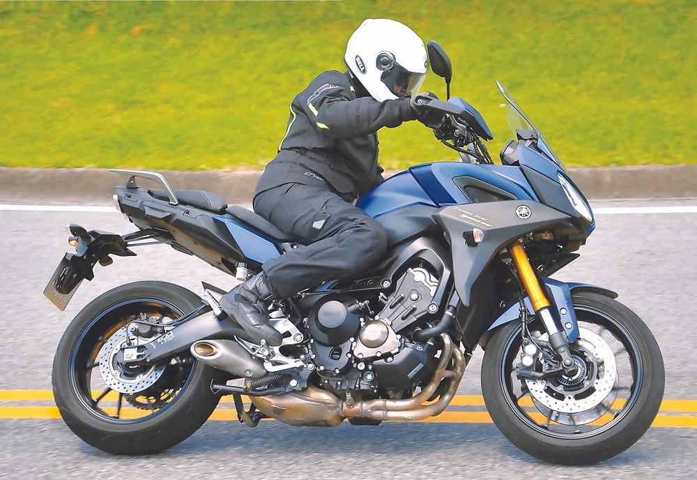 Yamaha Tracer GT 900 em curva