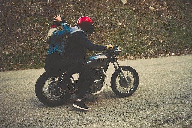 casal passeando de moto