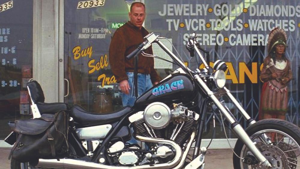 """Bruce Willys no filme """"Pulp Fiction de 1994 encarna o boxeador prestes a roubar a Harley-Davidson FXR Super Glide, ainda com os carburadores…"""