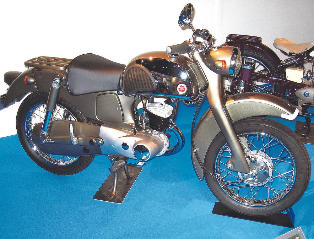 A YA-2, de 1957, utilizava a mesma mecânica da Red Dragonfly, mas tinha ciclística e design, estranho mas premiado