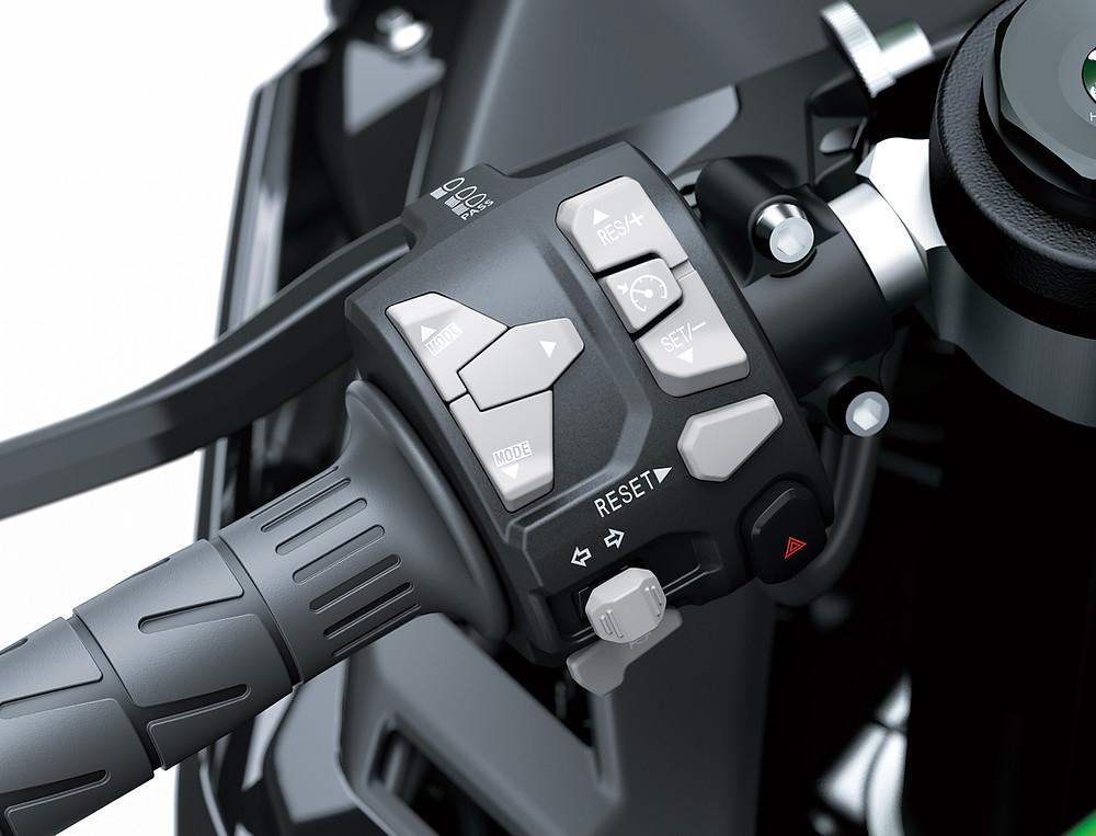 joystick no punho esquerdo da Kawasaki Ninja ZX-10R 2022