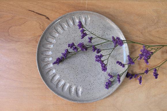 Prato com textura - cinza