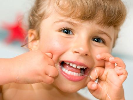 O fio dental e as crianças: importância e dicas de uso