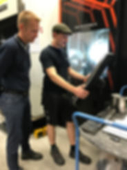 EUX praktik - Thomas og hans værkfører drøfter programmering af en ny maskine
