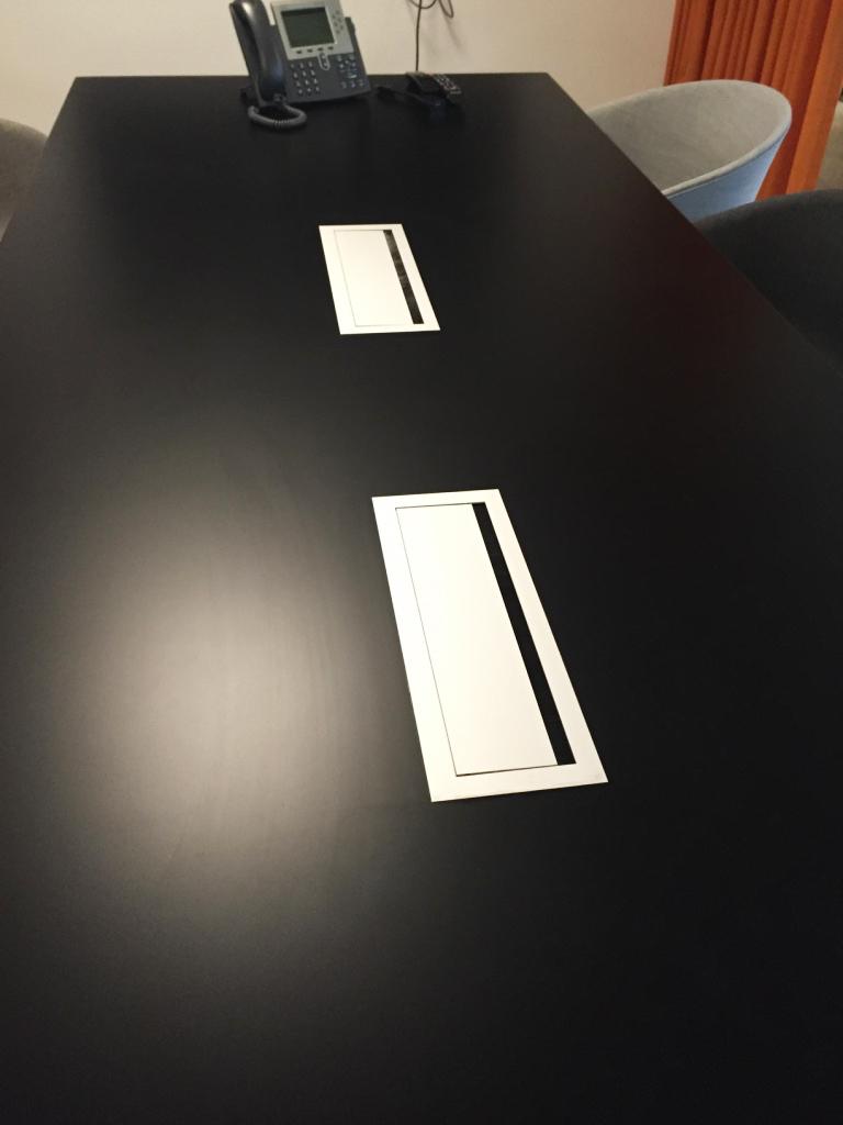 Kabelbrønde i mødebord.