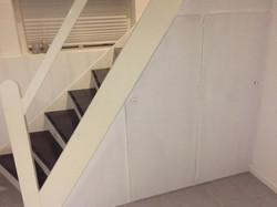 Lågeafslutning under trappe.