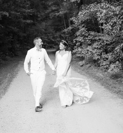 black and white wedding photo, groom in all white, walking wedding photo, natural wedding photo, pin