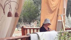 עדי מציירת בסדנת ציור נוף