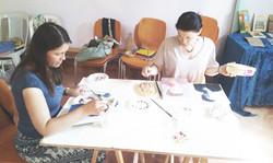 עדה ואלכסנדרה בשיעור ציור