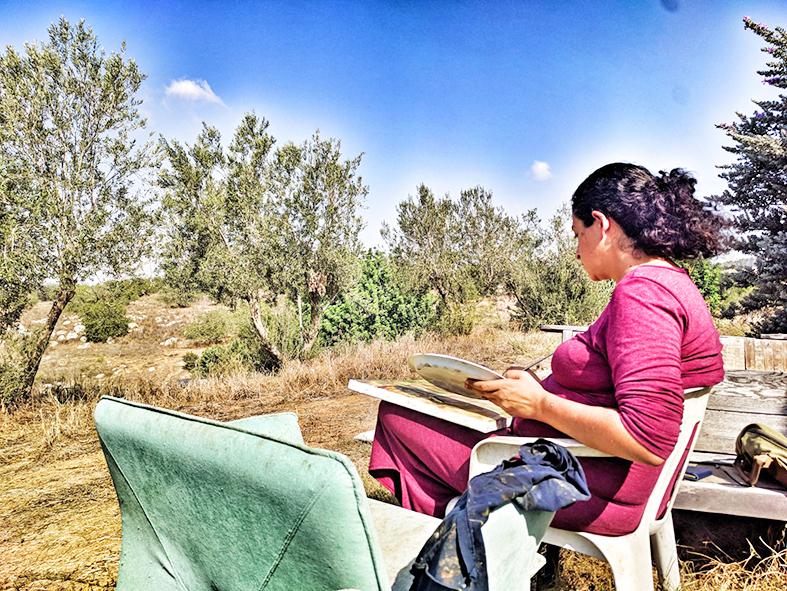 אירית מציירת בסדנת ציור נוף