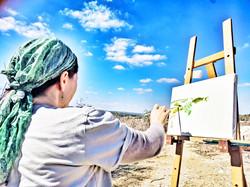 אלכסנדרה מציירת בסדנת ציור