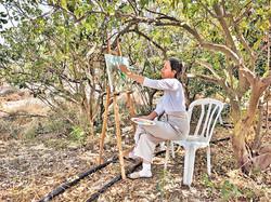 מיכל מציירת בסדנת ציורי נוף