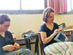אביב ומיה סורגות בכיתה