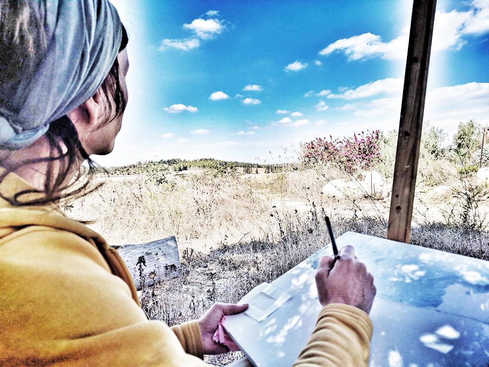 יפעת מציירת בסדנת ציור נוף