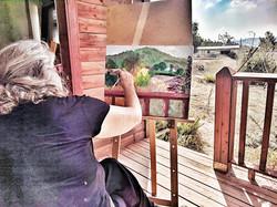 רויטל מציירת בסדנת ציורי נוף