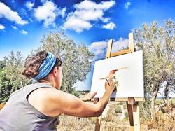 אביב מציירת בסדנת ציורי נוף