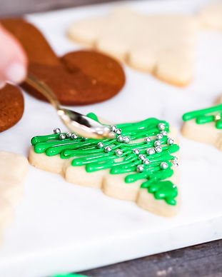 Step by step. Decorating gingerbread and