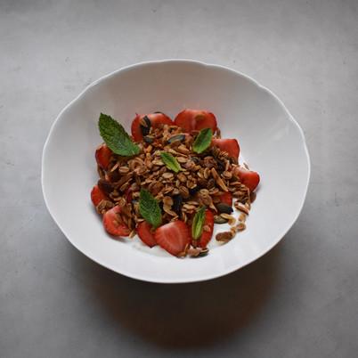 Nenads Granola mit Joghurt und frischen Erdbeeren