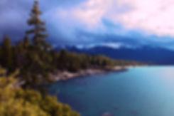 Ciel orageux sur un lac