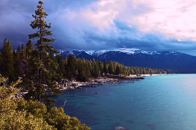 Céus tormentosos sobre um lago