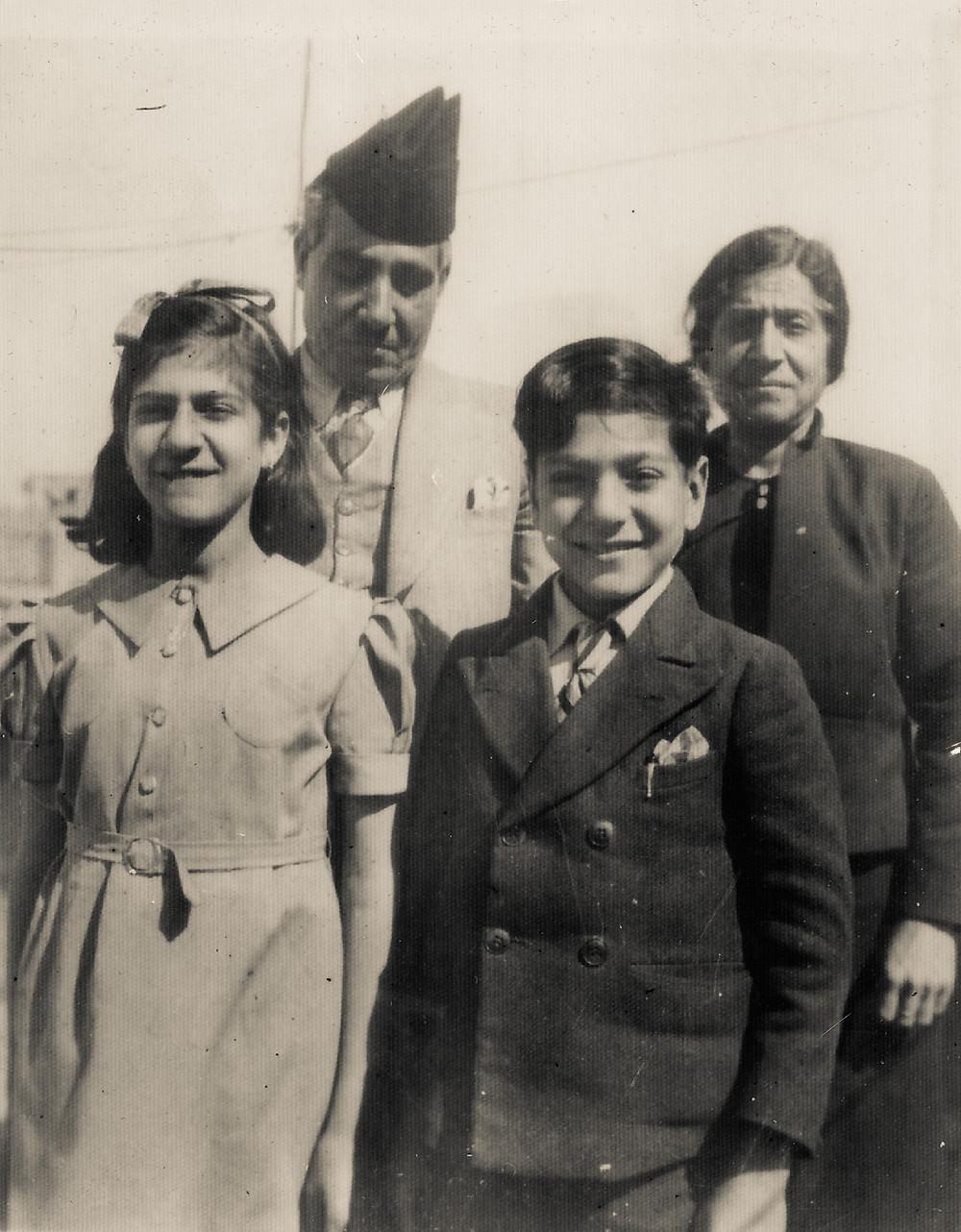 סבתא וסבא במגבעת, אבי ודודתי האהובה. תמונה שראויה למקום ונוכחות באלבום זכרונות