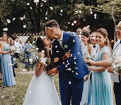 Hochzeit im Grünen Braut und Brutiägam Kuss