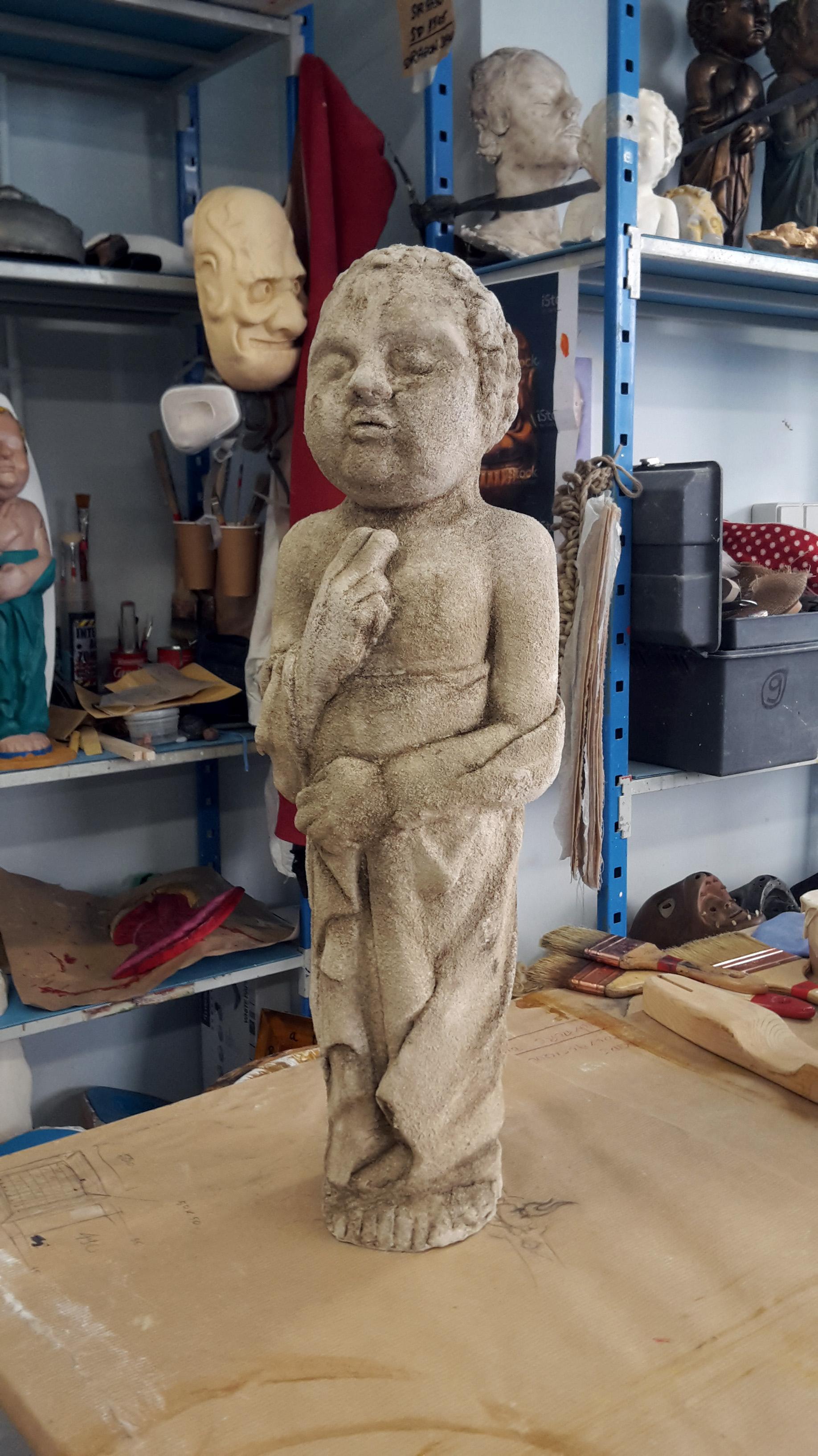 Bambin en résine polyester et patine vieille pierre