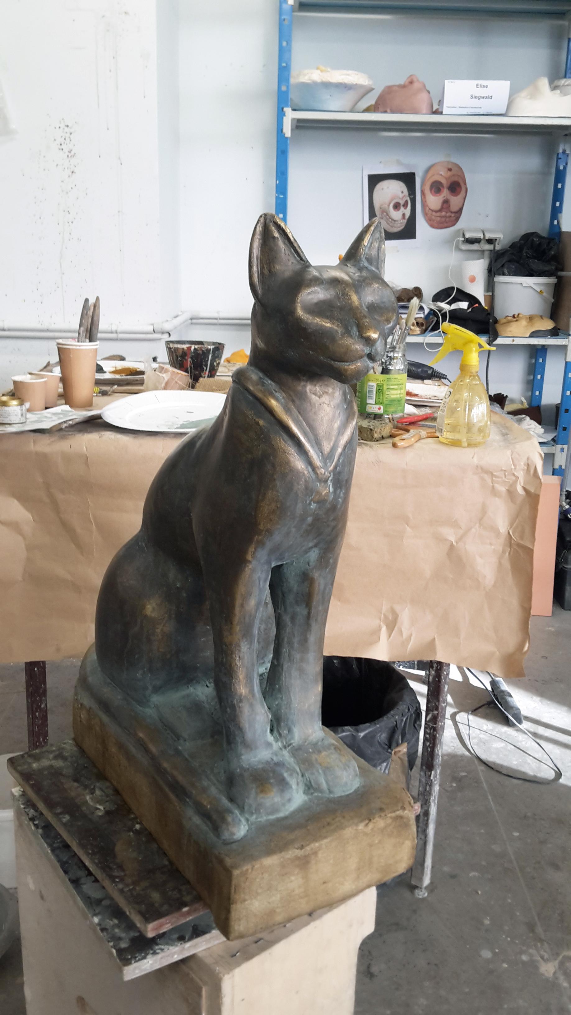 Chat patine bronze et vert-de-gris.