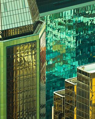 Reflétant grands immeubles de bureaux