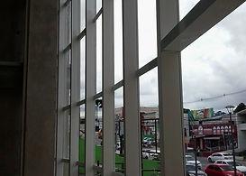 Muro de vidro e cobertura  muro de vidro vem ganhando espaço e valorização nas contruções de novos edificios, e residencias e empresas uma opção de modernidade, tranparencias trazendo uma sensação de leveza para seu imovel.