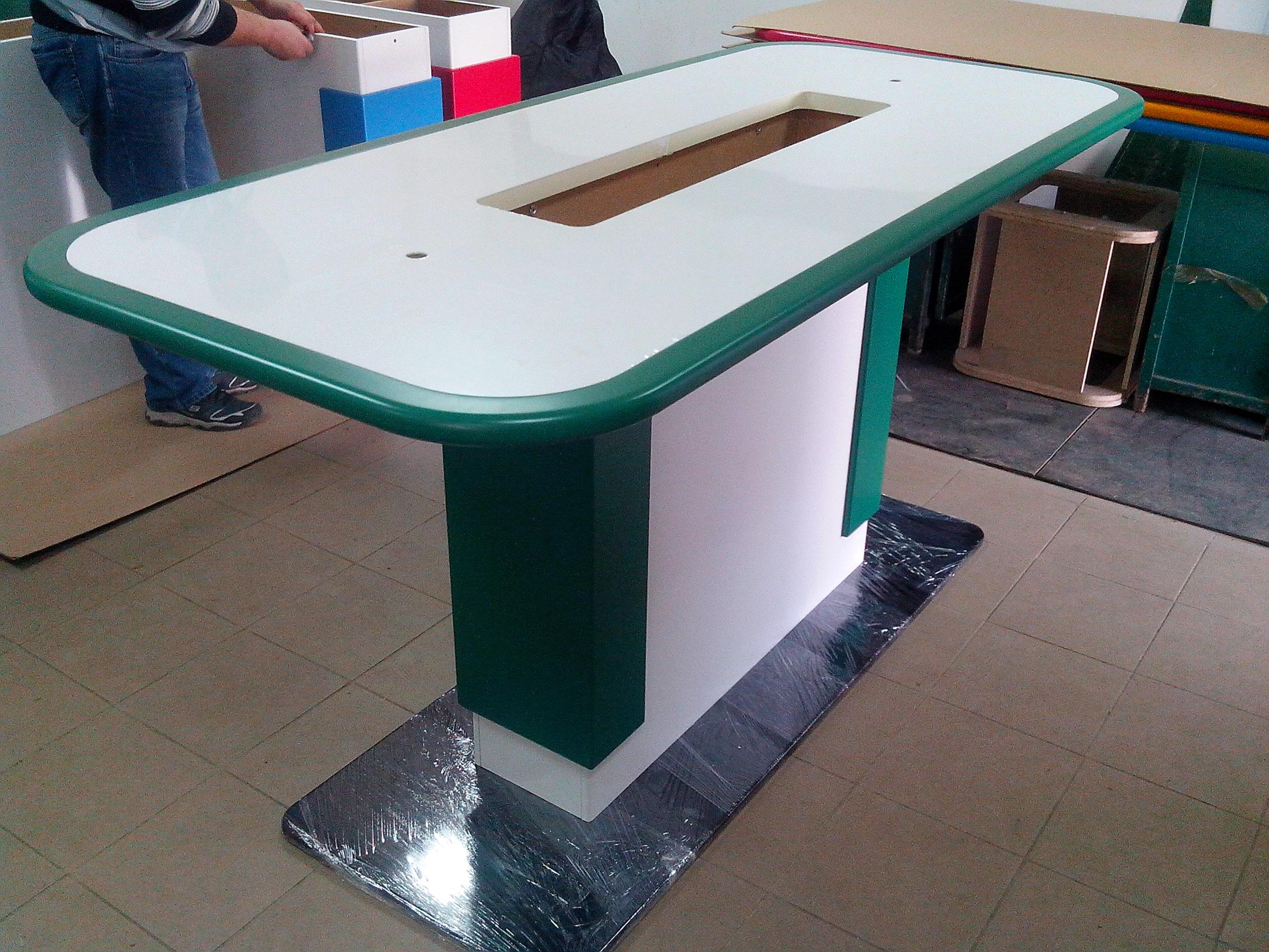Стол для демонстрации планшетов.
