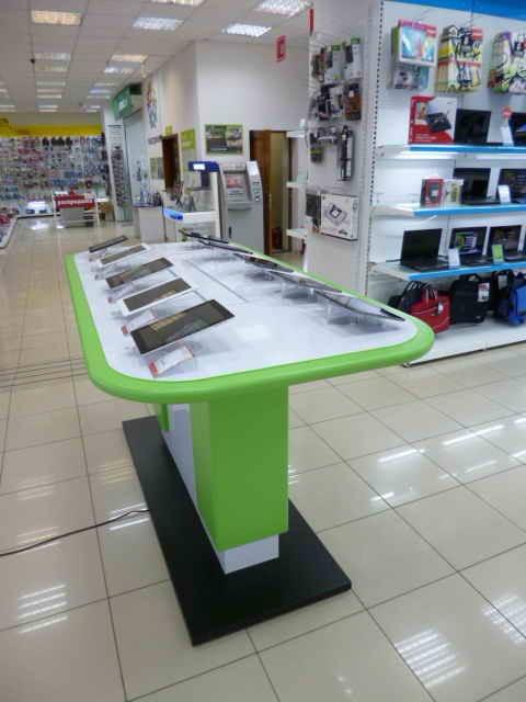 Стол для демонстрации смартфонов