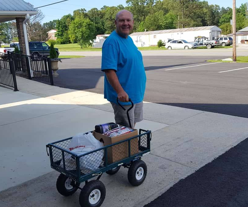 Steve Hayes helps load boxes into clients' cars.