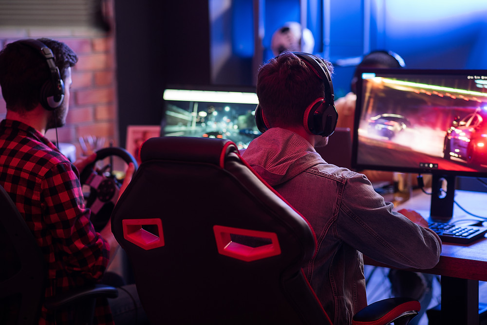 mężczyzna grający na komputerze